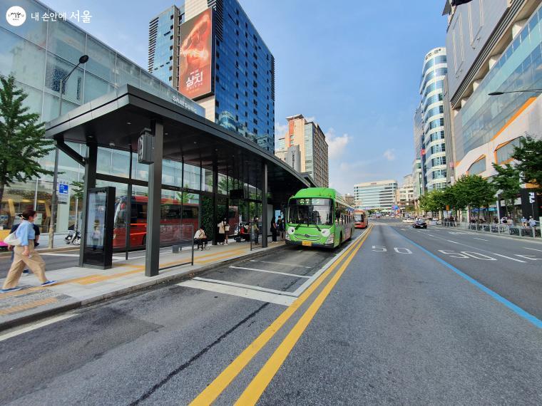 스마트쉘터에서 보다 안전하고 편리하게 버스를 기다릴 수 있다.