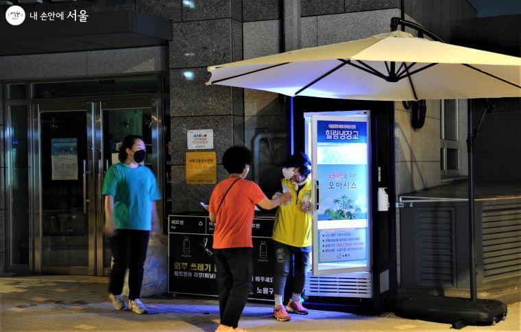 노원구에서는 폭염으로 인한 무더위를 해소하기 위해 '경춘선숲길' 힐링쉼터에서 주민들과 탐방객들에게 무료로 생수를 지원하는 '힐링냉장고'를 운영한다 ⓒ조수봉