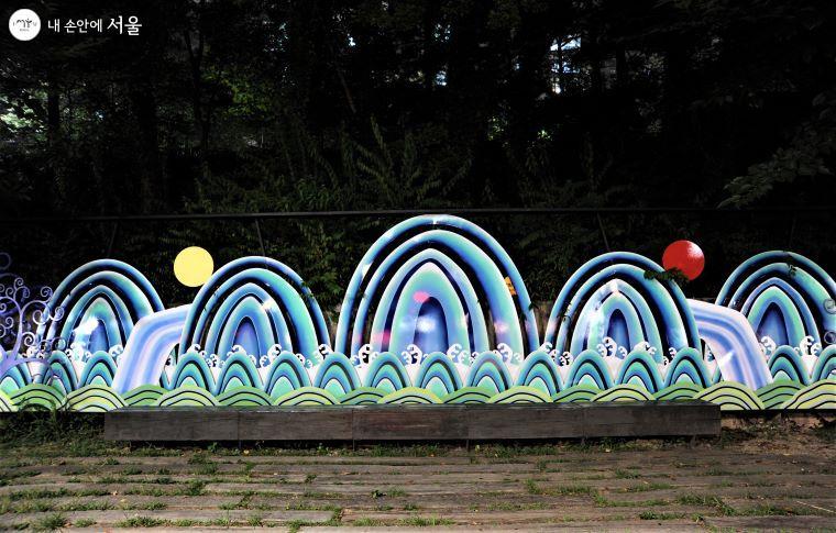 지하철 5호선 화랑대역 부근 '경춘선숲길'에 설치된 대형 일월오봉도(日月五峰圖) ⓒ조수봉