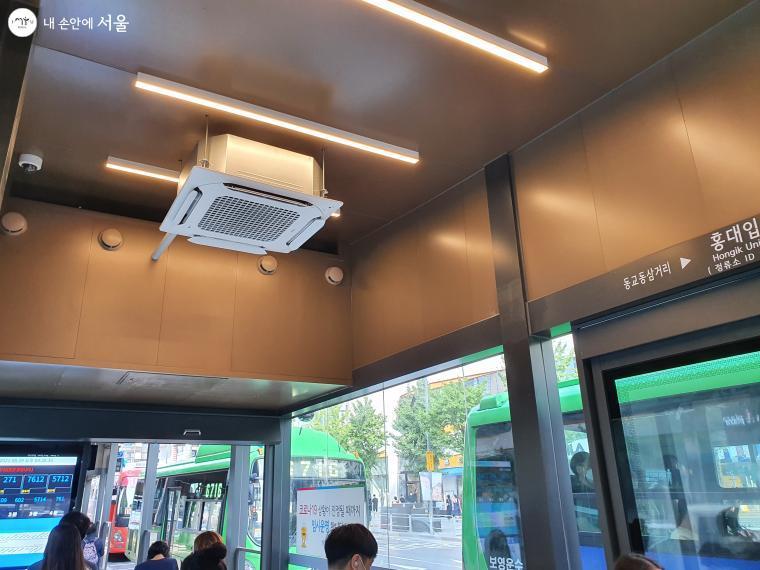 내부에 공기청정시스템도 갖춰 깨끗한 공기를 마시며 버스를 기다릴 수 있다.