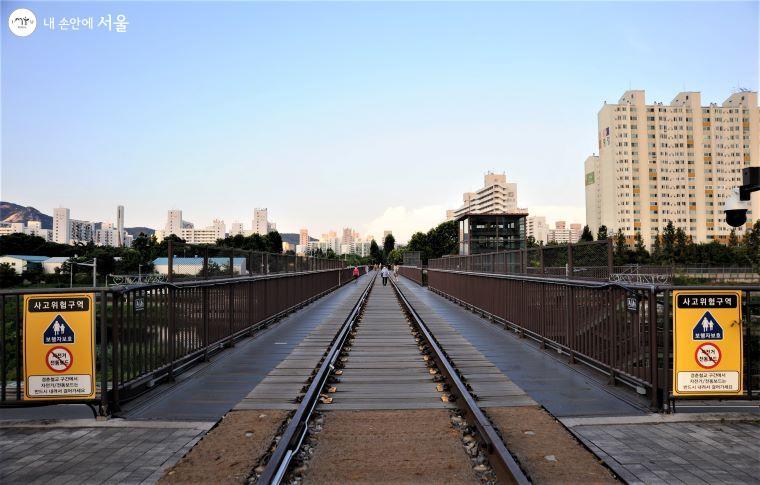 중랑천을 가로질러 놓인 '경춘철교'는 '경춘선숲길'의 시작점으로 12개의 교각과 철로를 그대로 보존하였다 ⓒ조수봉