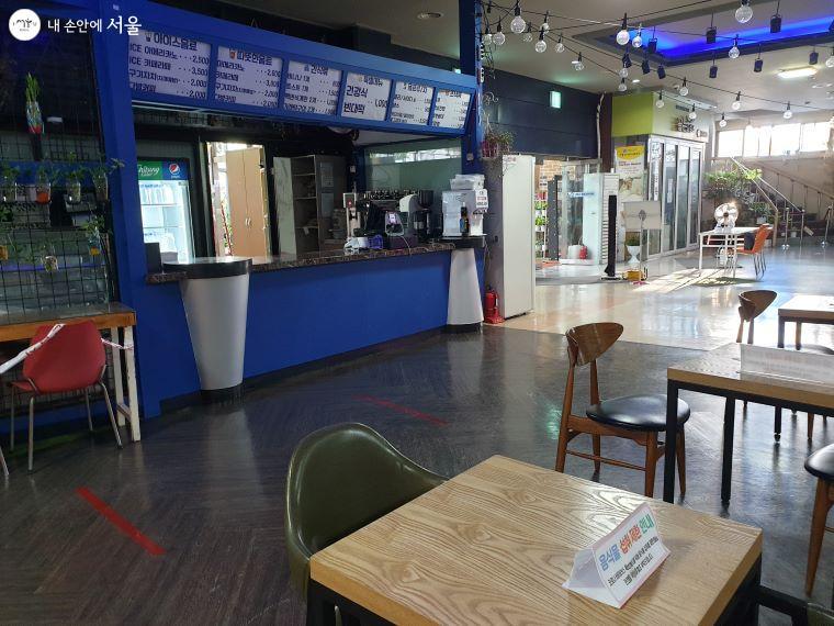 코로나19로 인해 극장 홀에 있는 카페는 영업을 하지 않고 있다.