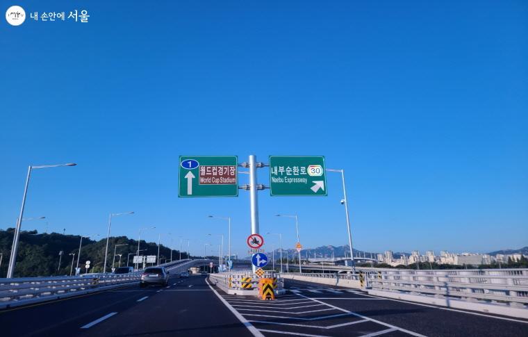 월드컵대교 북단, 강변북로와 월드컵경기장으로 연결된다.
