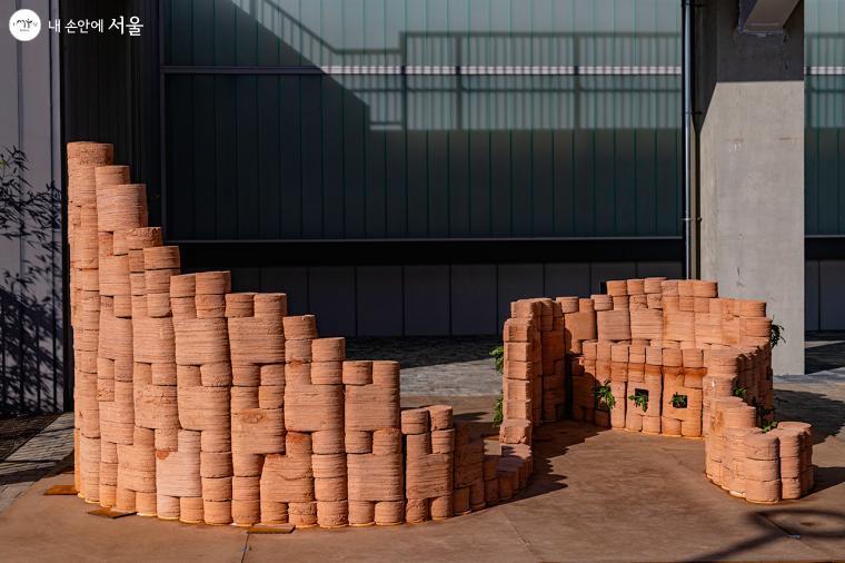 척박해진 땅에서 인간이 유일하게 활용할 수 있는 건축재료인 흙으로 만든 파빌리온 ⓒ유서경