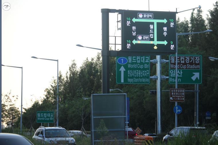 월드컵대교 북단에서 남단으로 진입하는 길목, 차량이 시원하게 달린다.