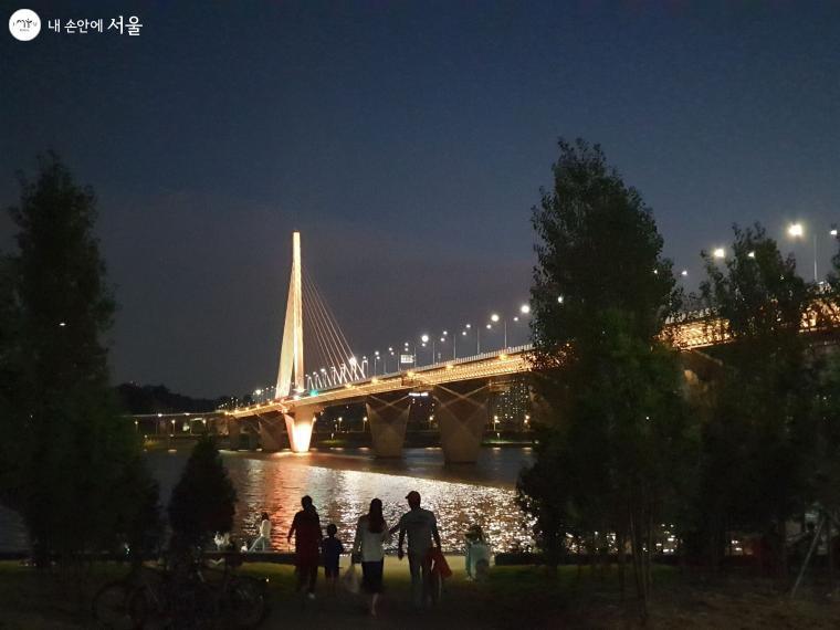 최근 개통한 한강다리 '월드컵대교'와 야경을 감상하는 시민들의 모습
