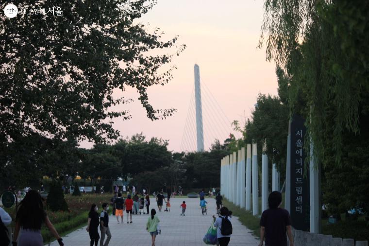 상암동 월드컵공원 어디를 가나 눈에 띄는 월드컵대교의 100m 주탑, 한강다리 중 가장 높다.