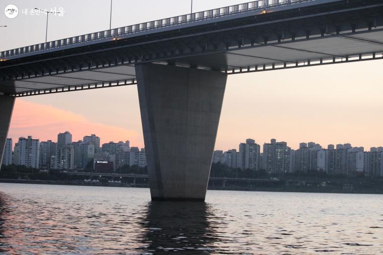 월드컵대교의 가장 긴 교각 간 거리는 225m로 한강 다리 중 최대다.