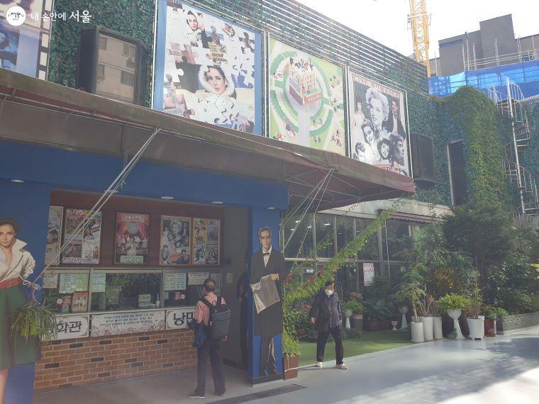 실버영화관 앞, 영화관을 드나드는 여러 어르신들을 볼 수 있다.