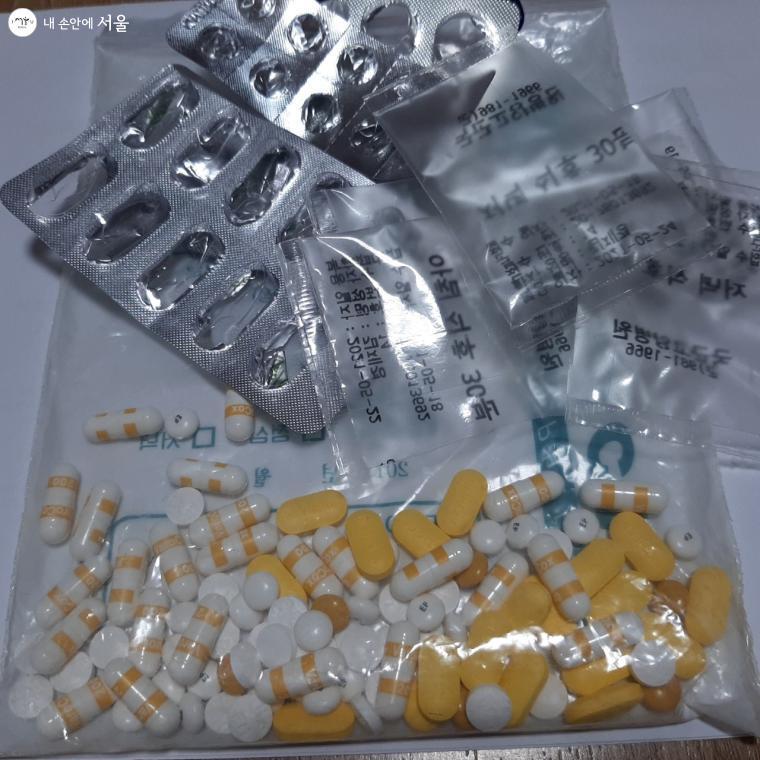 약은 포장지를 제거하고 약만 따로 모아서 수거함에 배출해야 한다.